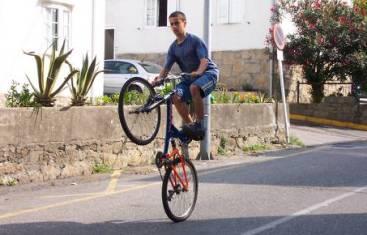 20110404145805-ciclista-acrobacia.jpg