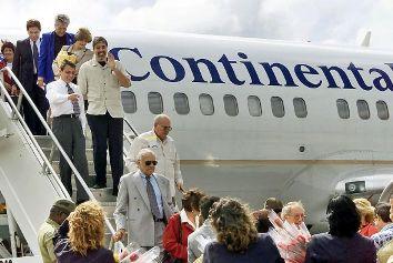 20110801013835-primer-vuelo-de-turistas-americanos-590x395.jpg