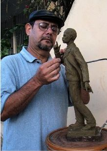 20130128184905-3.-autor-de-escultura-marti.jpg