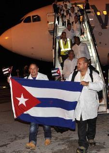20150324120612-medicos-cubanos-ebola12.jpg