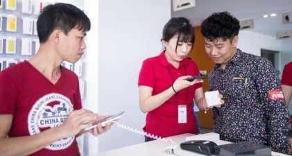 20150822195616-clientes-observan-el-nuevo-modelo-de-xiaomi-el-xiaomi.jpg