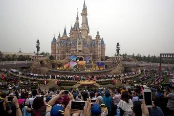 20160617015245-disney-acaba-de-inaugurar-su-primer-parque-en-china-ap-.jpg