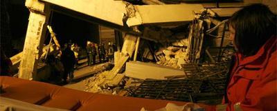 20090407080637-bomberos-voluntarios-trabajan-encontrar-l-aquila-supervivientes-ruinas.jpg