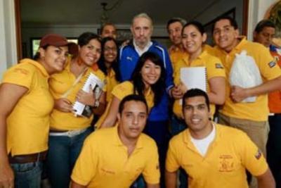 20090825053843-fidel-castro-y-jovenes-venezolanos.jpg