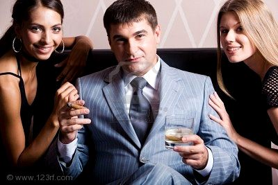 20110122065915-3545355-retrato-de-hombre-guapo-en-traje-gris-sesi-n-con-whiskey-y-cigarros-entre-dos-mujeres-bonitas-en-cas.jpg