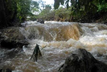 20120528025045-lluvias-intensas-rio-crecido-cuba.jpg