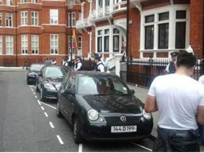 20120816183157-embajada-londres-policia.jpg