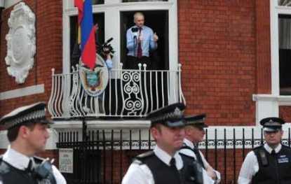 20120821184546-assange-balcon.jpg