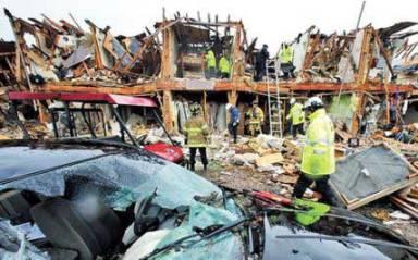 20130419114339-destrozos-bomberos-buscan-e.jpg