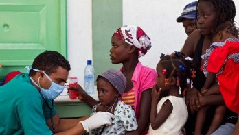 20140420124504-medico-cubano-trata-a-pacientes-de-colera-haiti-580x328.jpg