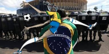 20140620200147-futbol-protestas-ramonet.jpg