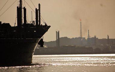 20141231185120-puerto-habana-barco-refineria.jpg