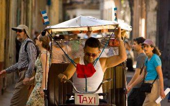 20150401234635-habana-bicitaxi-bandera-turistas-claucamps.jpg