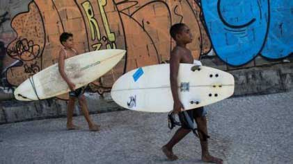 20150712133938-surf-en-favelas-brasil-2.jpg