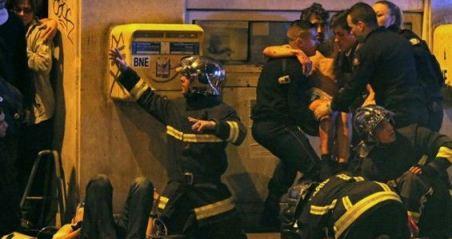 20151114124125-bomberos-y-equipos-de-emergencia-fueron-desplegados-a-las-afueras-de-la-sala-de-conciertos-bataclan-donde-hubo-una-toma-de-rehenes.jpg