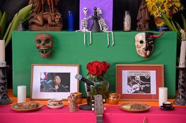 20161103012509-en-el-altar-fueron-recordados-los-musicos-jose-antonio-mendez-y-juan-gabriel-medium.jpg