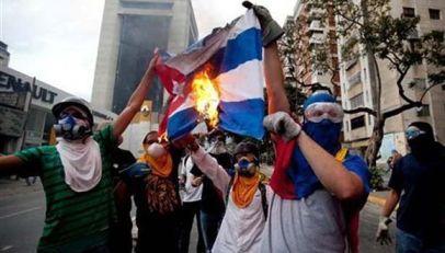 20170426135923-venezuela-quema-bandera-cubana-oposicion-580x330.jpg