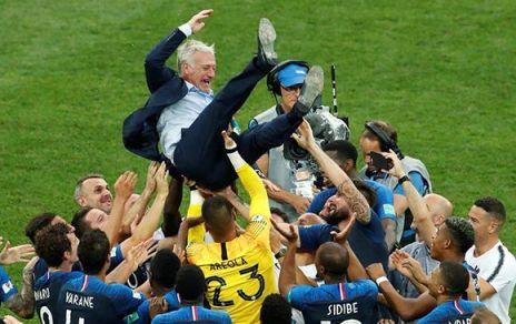 20180716170148-los-jugadores-franceses-celebran-con-su-entrenador-didier-deschamps.-m.-shemetov-reuters-580x382.jpg