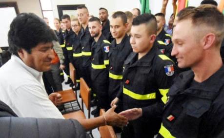 20190908005729-presidente-morales-recibio-bomberos-especializados.jpg