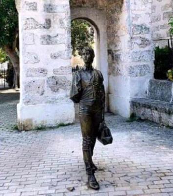 20200819094728-estatua-de-enriqueta-favez-en-la-habana.jpg